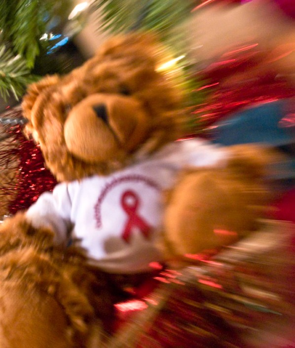 Alina and Dab the AIDS Bear in front of the tree, with and without lensbaby (heart shaped aperture)