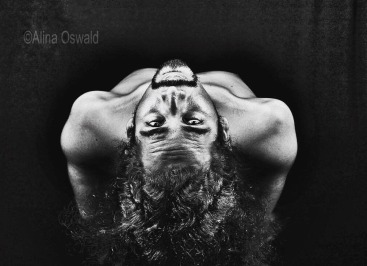 Curves & Shapes: Hair- and Body-scapes. Black-and-white studio portrait by Alina Oswald. Photographing men.