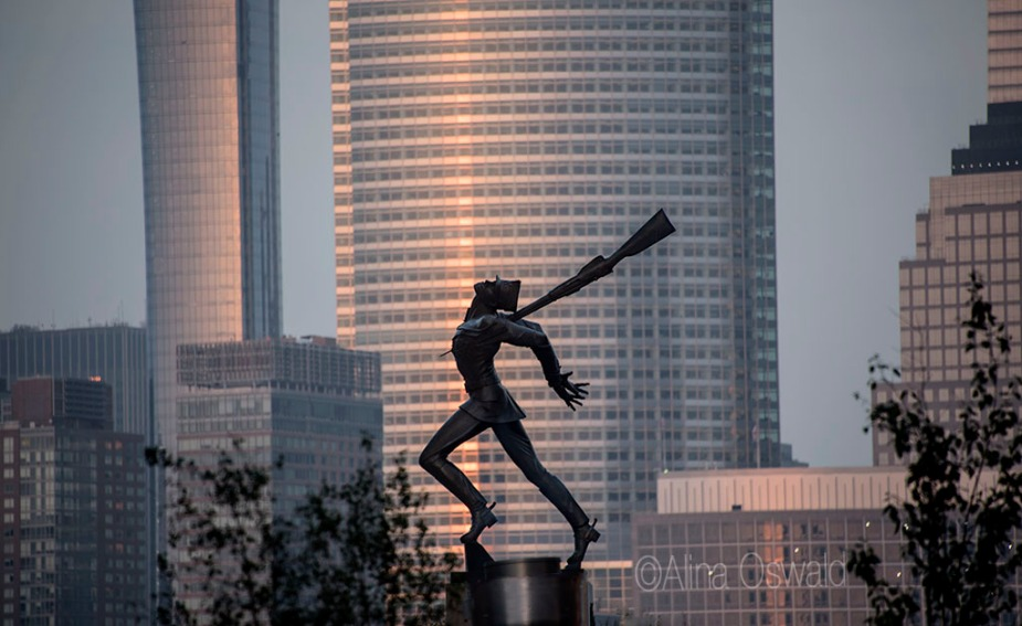 Katyn Memorial against Manhattan Skyline at Sunset. Photo by Alina Oswald.